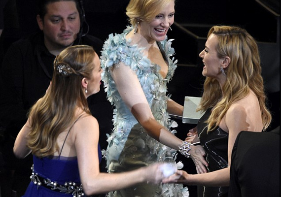A hír hallatán A szoba és a Carol sztárja is a színésznő pocakja felé nyúlt. Ezek után nem csoda, hogy Kate Winslet úgy elérzékenyült Leonardo DiCaprio beszédén, dolgoznak a hormonjai.