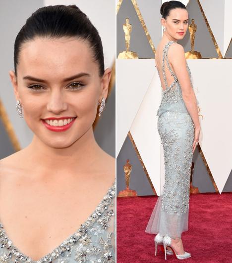 Daisy Ridley  A Star Wars - Az ébredő erő üdvöskéje egy ezüstszínű, Swarowski kristályokkal tarkított Chanel Haute Couture estélyiben érkezett az Oscarra.
