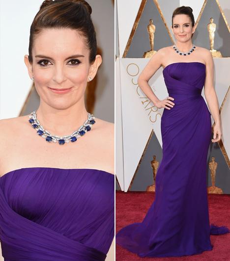 Tina Fey  A fanyar humoráról ismert színésznő ezúttal egy nagyon nőies Versace darabban érkezett az Oscarra. Remekül állt neki a püspöklila szín.