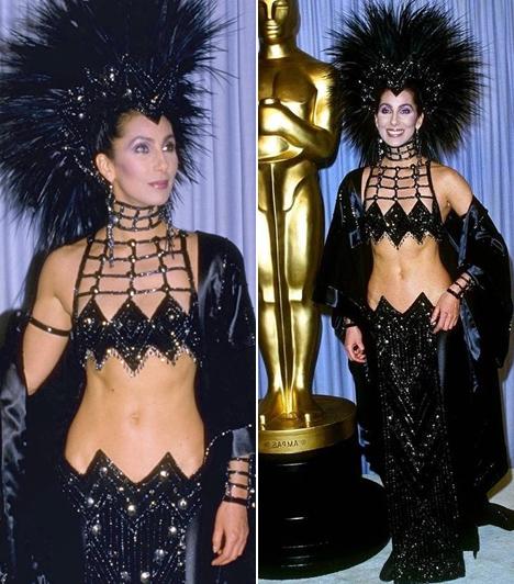 Cher  Mintha senki nem értesítette volna az énekesnőt 1986-ban, hogy nem fellépésre készül, hanem az Oscar-gálára - hatalmas botrányt kavart merész öltözete.