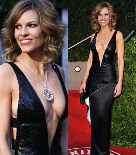 Hilary Swank                         Ez aztán a mély dekoltázs! A színésznő egy köldökig kivágott Giorgio Armani Privé ruhára voksolt a 2010-es díjátadóra.