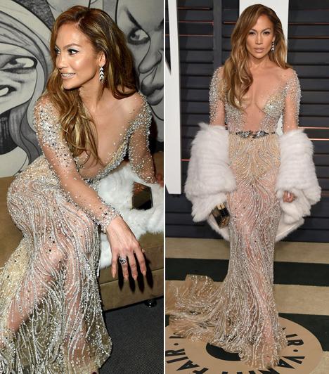 Jennifer Lopez                         Az énekesnő intim részeit csak néhány strasszkő takarja ebben a teljesen átlátszó, köldökig kivágott estélyiben, amit a 2015-ös Oscaron viselt.