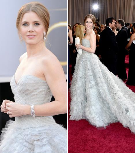Amy Adams                         Az öt Oscar-díjra jelölt színésznő 2013-ban lépett a vörös szőnyegre ebben a lenyűgöző Oscar de la Renta estélyiben.