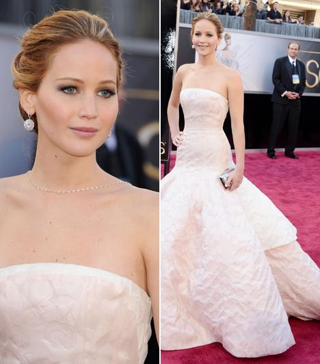 Jennifer Lawrence                         Hollywood legújabb kedvence elképesztően festett ebben az esküvői ruhához hasonlító Dior estélyiben. Érdekesség, hogy abban az évben kapta meg első Oscar-díját a Napos oldal című filmben nyújtott alakításáért, de a pódiumra sietve elbotlott a hatalmas szoknyájában.