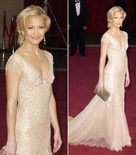 Kate Hudson  Goldie Hawn gyönyörű lánya egy Donatella Versace által megálmodott ruhában érkezett a 2003-as gálára. Az estélyit 14 karátos aranydíszekkel ékesítették.