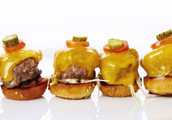 Az Oscar-díjátadón nincsenek hatalmas adagok, hogy a sztárok mindenből nyugodtan kóstolhassanak. A mini burgerek cheddar sajttal egyszerre gusztusosak és laktatóak.