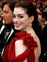 Pirosban: Anne Hathaway