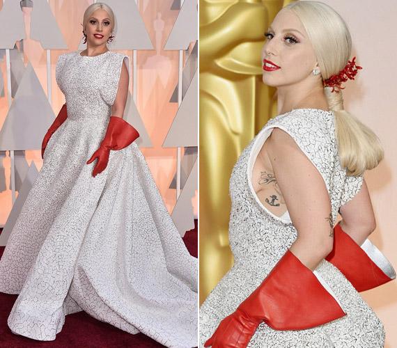 Lady Gaga Azzedine Alaïa ruhát választott az eseményre. Hozzá pedig egy vörös kesztyűt, mely gumikesztyűnek tűnt, emiatt számos vicc célpontja lett az énekesnő.