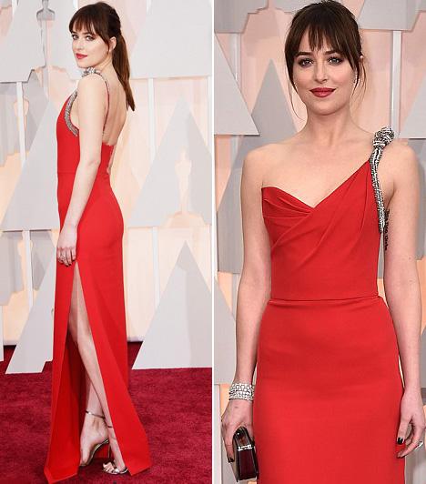 Dakota Johnson                         A szürke ötven árnyalata főszereplője egy vörös Saint Laurent ruhát húzott az Oscar gálára, melyet a magas combkivágás tett szexivé.