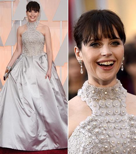 Felicity Jones                         Felicity Jones, akit A mindenség elmélete című filmért nomináltak a legjobb színésznő kategóriában, egy ezüstszínű Alexander McQueen estélyiben csillogott.