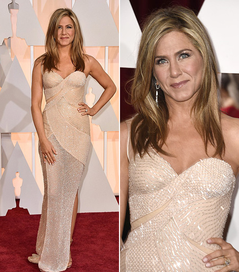 Jennifer Aniston  A színésznő, aki a legjobb dokumentumfilm kategória nyertesét jelentette be, egy gyönyörű Versace estélyit viselt.