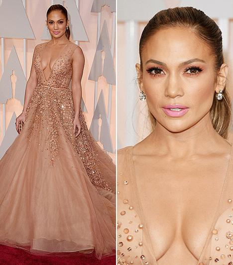 Jennifer Lopez  Jennifer Lopez Eli Saab ruhája mindenki tekintetét a dekoltázsára terelte.