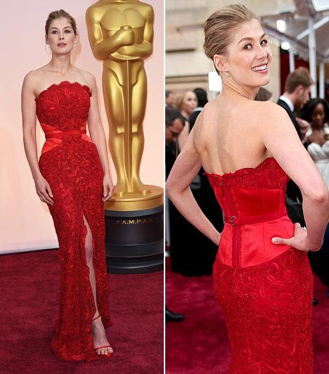 Rosamund Pike  A Holtodiglan sztárja és a legjobb színésznő kategória jelöltje egy vörös Givenchy ruhában mutatta meg karcsú alakját.