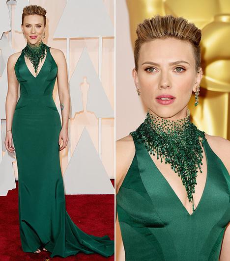 Scarlett Johansson  Scarlett Johansson egy zöld Versace estélyiben mutatta meg nőies alakját.