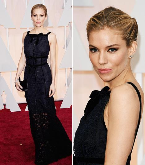 Sienna Miller  Sienna Miller egy fekete, csipkés Oscar de la Renta ruhában lépett a vörös szőnyegre.