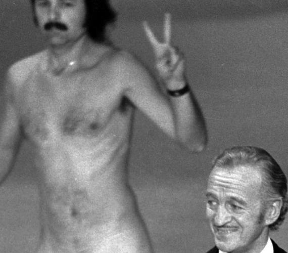 1974-ben a gála házigazdája, David Niven mögött egy békejelet mutató pucér férfi futott át a színpadon. Niven, aki éppen Elizabeth Taylort készült bejelenteni, aki abban az évben a legjobb filmnek járó díjat adta át, először meghökkent, majd gyorsan kapcsolt. - Hát nem csodálatos belegondolni, hogy valószínűleg az egyetlen dolog, amivel ez a férfi mosolyt fakaszt, ha levetkőzik, és feltárja a hiányosságait? - tette fel a kérdést.