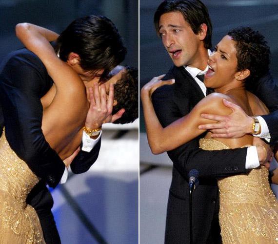 """Nem tudta visszafogni magát az első jelölését azonnal díjra váltó Adrian Brody, amikor 2003-ban A zongorista főszerepéért átvehette az Oscart. Egy ihletett pillanatban elkapta a díjat átnyújtó Halle Berryt, és szájon csókolta. """"Istenem!"""" - ez volt Brody első reakciója, amikor elengedte Berryt, aki láthatóan nem vette zokon az örömteli gesztust."""