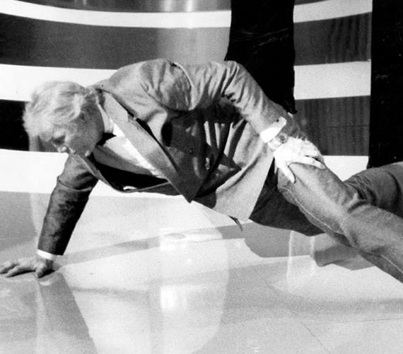 Sok millió tévénéző lélegzete akadt el, amikor 1992 márciusában a 73 éves Jack Palance köszöngetés helyett belefogott egy anekdotába, majd a legjobb mellékszereplőnek járó Oscart a pulpitusra téve egykezes kinyomásokkal demonstrálta, hogy öreg színész nem vén színész.