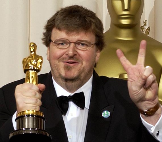 """A 2003-as átadót tartották ez idáig a legbotrányosabbnak, ugyanis jószerével mindenki tüntetett az iraki helyzet miatt. A legtöbb színész nem mert nyíltan politizálni, ám amikor a legjobb dokumentumfilm-kategória győztesét kihirdették, elszabadult a pokol. Michael Moore beszédében kijelentette: """"Szeretjük a nem fikciós filmeket, mivel nem fikciós időket élünk, annak ellenére, hogy egy fikciós választás után fikciós elnökünk van. A háború ellen szót kell emelnünk! Mr. Bush, az ön ideje lejárt! Szégyellje magát!"""" A beszédet nagy üdvrivalgás fogadta."""