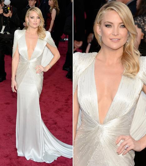 Kate Hudson                         Mostanában attól hangos a sajtó, hogy a szőke színésznő esküvője elmarad. Talán éppen emiatt is választott egy fehér, merész dekoltázsú Versace-darabot.