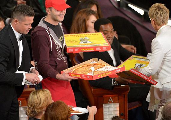Brad Pitt és Ellen DeGeneres pizzát osztott a jelenlévőknek.