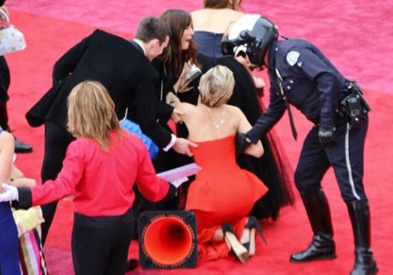 Jennifer Lawrence-nek nem sok szerencséje van az Oscar-gálával. Most ugyanis mihelyst megérkezett, elvágódott egy útjelző bójában.