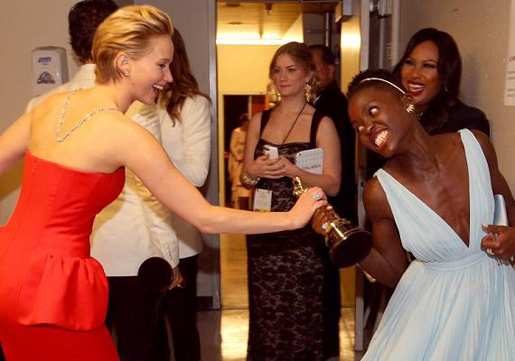 Viccesen megpróbálta elvenni Lupita Nyong'o díját is.