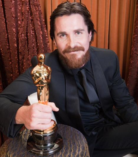 Christian Bale  Köztudott, hogy Christian Bale igazi átváltozóművész: ha a szerep megkívánja, a legdrasztikusabb módszerektől sem riad vissza, hogy külseje hiteles legyen. Nem volt ez másképp a The Fighter - A harcos című életrajzi film esetében sem, ahol csont és bőrré fogyva keltette életre a lecsúszott bokszolót. Alakításáért meg is kapta 2011-ben az Oscart.
