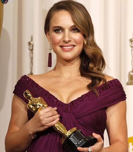 Natalie Portman  A Leon, a profi Matildájából tehetséges színészbővé érő Natalie Portman zseniális alakítást nyújtott a Fekete Hattyú megszállott balerinájaként. A film nem csak a 2011-es Oscar-díjat, de a szerelmet is meghozta számára.Kapcsolódó képgaléria: A 2011-es Oscar-gála legdögösebb sztárjai »