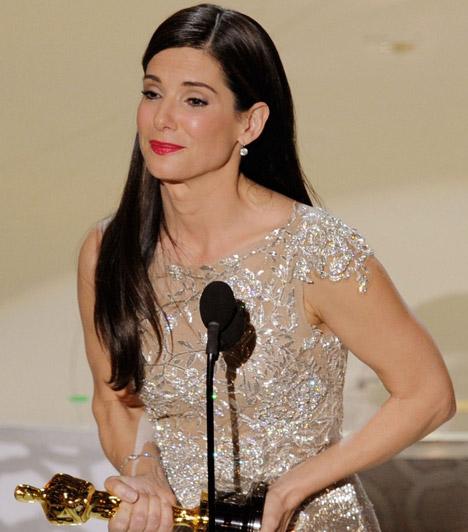 Sandra Bullock  A barna színésznő nevéhez főként romantikus mozikat kötünk, ám A szív bajnokaiban bebizonyította, drámai szerepben is megállja a helyét. Alakításának meg is lett a gyümölcse, 2010-ben díjra váltotta első Oscar-jelölését.  Kapcsolódó cikk: Ritka közös fotók! Sandra Bullock másfél éves kisfiától te is elolvadsz »