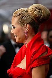 Heidi Klum rózsaszín fülönfüggői táskájához illettek