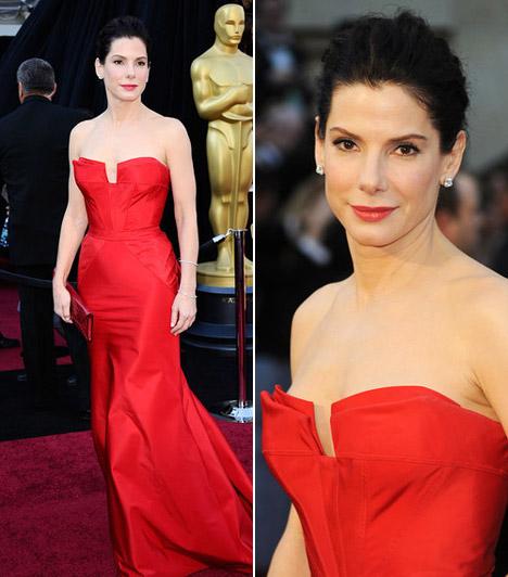 Sandra Bullock  Sandra Bullock pántnélküli, piros Vera Wang-ruhájában bizonyította: a kevesebb néha több - haját pedig egyszerűen kontyba tűzte.  Kapcsolódó képgaléria: A legdögösebb sztárok vörös ruhában »