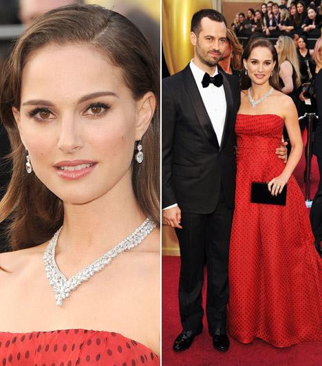 Natalie PortmanA kisgyermekes sztáranyuka kislányosan bájos volt pánt nélküli, piros pöttyös Christian Dior ruhájában.Kapcsolódó cikk:Ilyen volt, ilyen lett: Natalie Portman