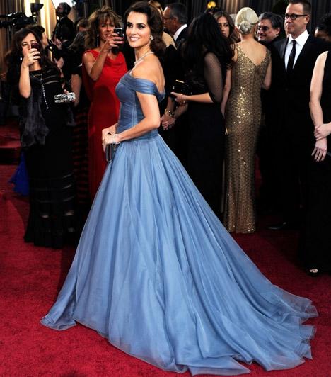 Penelope Cruz  A spanyol származású világsztár mesebeli hercegnőként ragyogott a vörös szőnyegen, sokak szerint az ő kék Armani Privé estélyije volt az egyik legcsodásabb ruhaköltemény a 84. Oscar-gálán.  Kapcsolódó cikk: Pedig nemrég szült! Penélope Cruz bombázóként tündökölt a vörös szőnyegen