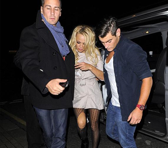 A színésznőt két férfinak kellett támogatni, a ruhája így is az este áldozatává vált.