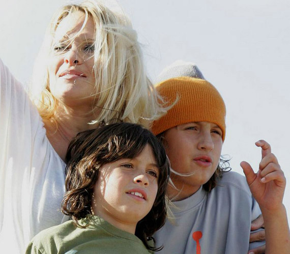 2008 augusztusában még kisgyerekek voltak, amikor édesanyjukat elkísérték Sydney-be, egy reklámkörútra.