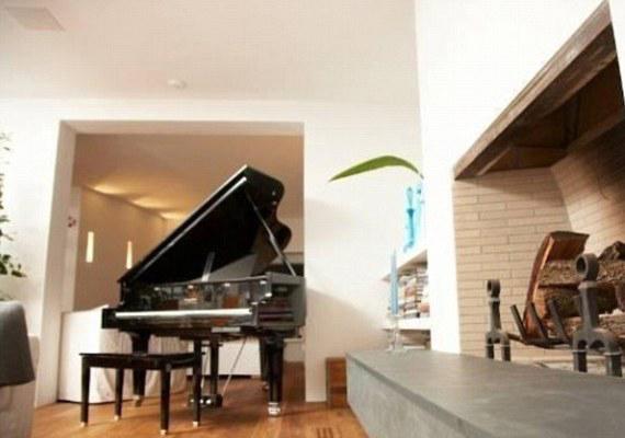 A zongora még Tommy Lee miatt áll a nappaliban. A kandalló mellett hangulatos lehet játszani.