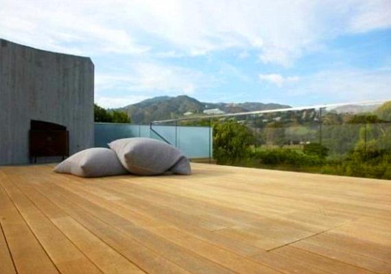 A ház legnagyobb előnyének a nyitott tereket tartják. A hatalmas teraszon úgy érezheti az ember, hogy a természetben él.