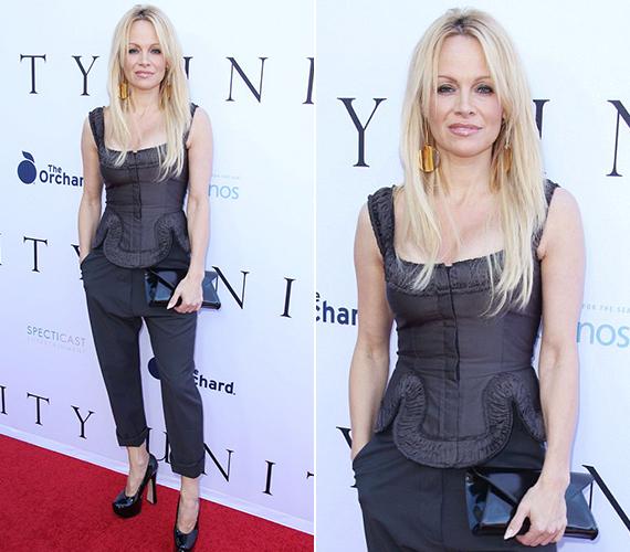Pamela Anderson egy fekete, fűzőszerű felsőben és egy szintén fekete nadrágban jelent meg a bemutatón. Az arca kisimult volt, de ahogy mondta, nem a botoxtól.