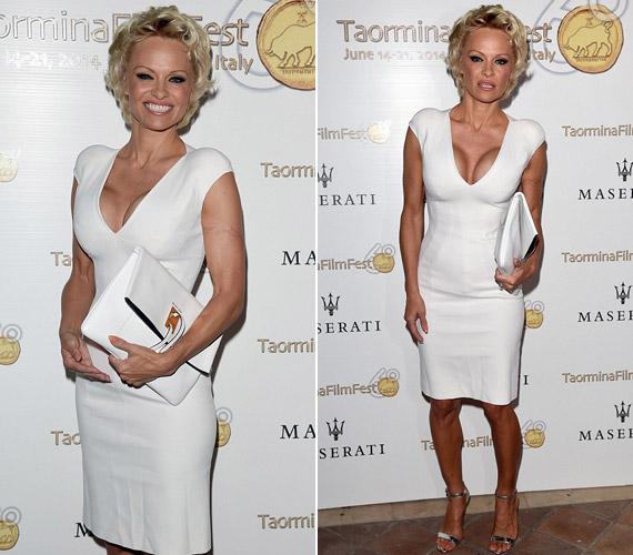 A színésznő remekül festett fehér, az alakját kiemelő ruhájában.