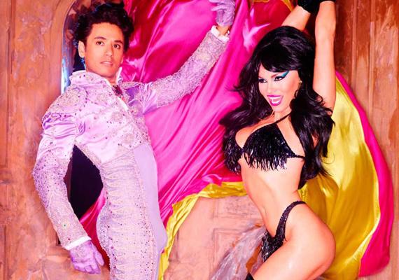 Ezen a képen Pamela olyan, mintha a riói karneválon bulizna. Boldogan rázza a rojtos bikinijét, ami - nem mellesleg - nagyon jól áll a színésznőnek.
