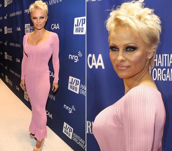 A rózsaszín ruha kiemelte a 46 éves színésznő alakját.