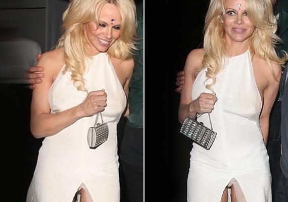 Nem vette észre, hogy a ruha sliccelése középre csúszott, láthatóvá téve a bugyiját.