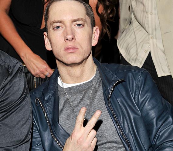 Eminem élete sem indult egyszerűen, az eleve mélyszegénységből jövő rapper sokat nélkülözött, és a karrierje sem szárnyalt úgy, ahogyan remélte. Az utolsó csepp a pohárban az volt, amikor egykori barátnője, Kim elhagyta - gyógyszer-túladagolással szeretett volna véget vetni az életének. Szerencsére kísérlete meghiúsult, és azóta ő az egyik leghíresebb rapper a szakmában.