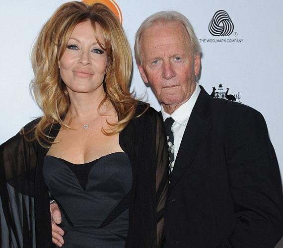 A 73 éves akcióhős 54 éves neje mellett különösen öregnek tűnik. A jelek szerint színésznő felesége is csak plasztikai sebésszel tudott küzdeni az öregedés ellen, ajkát például biztos, hogy feltöltette.