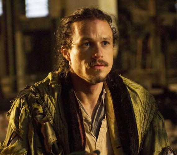 Heath Ledger halálát 2008-ban, 29 éves korában véletlen túladagolás okozta - ekkor forgatta éppen Terry Gilliam rendezővel a Doktor Parnassus és a képzelet birodalma című filmet. A rendező a hátralévő jeleneteket három színésszel - Johnny Depp, Colin Farrell és Jude Law - oldotta meg, és a film később a mozikba is került, Magyarországon 2010 januárjában.