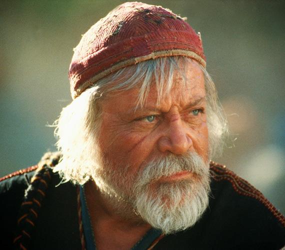Az alkoholizmussal küzdő Oliver Reed Proximo karakterét játszotta a Gladiátorban, ám az 1999-es máltai forgatáson a 61 éves színész egy bárban szívinfarktust kapott és meghalt. Karakterét speciális effektekkel jelenítették meg a hátralévő jelenetekben. Alakításáért posztumusz jelölték a BAFTA díjára mint legjobb mellékszereplő.