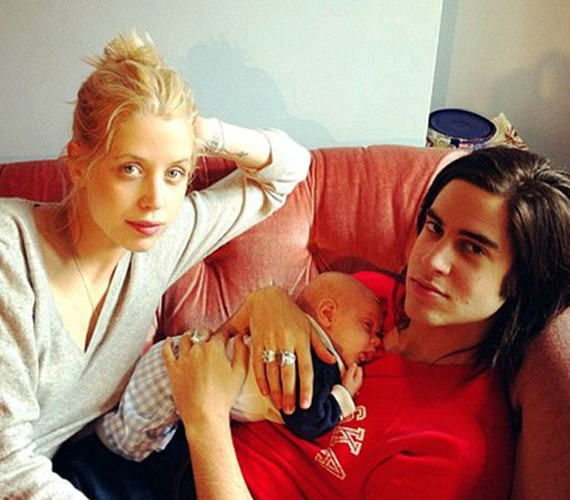 A baba apukája a 20 éves Thomas Cohen, aki a nagypapához hasonlóan szintén zenész.