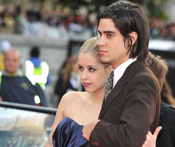 A botrányhősnő Thomas Cohennel január óta él párkapcsolatban, a beszámolók szerint pedig már az esküvőt tervezgetik.
