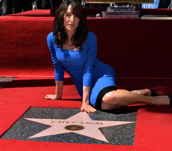 """Katey Sagal éppen átveszi a csillagát a Hollywoodi hírességek sétányán. """"Egész életemben ezeken a csillagokon lépkedtem, már kislánykorom óta. Borzasztóan megtisztelő, hogy végre én is egy lehetek közülük!"""" - mondta a színésznő meghatottan."""